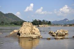 De la roca del río todavía de la naturaleza montaña de piedra Foto de archivo libre de regalías