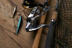 De la rotation, des crochets, des attraits et du filet de pêche Image stock