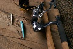 De la rotation, des crochets, du filet et des attraits de pêche Image stock