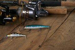 De la rotation, des crochets, du filet et des attraits de pêche Images stock
