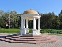 De la Rotonda en el parque de la ciudad en la ciudad Maladzetschna en Bielorrusia Foto de archivo libre de regalías