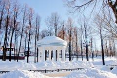 De la Rotonda en un parque del invierno, ondulación permanente de la ciudad Foto de archivo libre de regalías