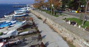 De la Rotonda entre los barcos de pesca en el Pomorie viejo, Bulgaria metrajes