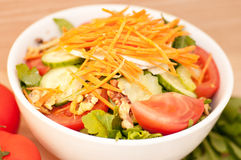 De la salade végétale de forme physique avec des écrous peut être mangée après une séance d'entraînement Images libres de droits