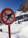 ` De la señal de tráfico cerrado para el ` de los esquiadores foto de archivo