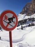 ` De la señal de tráfico cerrado para el ` de los esquiadores fotografía de archivo