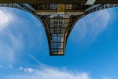 De la subida pilar metálico de la construcción al bacground del cielo azul Imagen de archivo