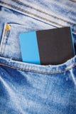 De la tarjeta de cr?dito en bolsillo de los pantalones vaqueros El pagar Cashless hacer compras fotos de archivo libres de regalías