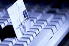 De la tarjeta de crédito aliste para el pago en el teclado Fotografía de archivo libre de regalías