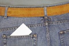 De la tarjeta de crédito en bolsillo de los pantalones vaqueros Imagen de archivo libre de regalías
