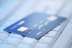 De la tarjeta de crédito en el teclado de ordenador