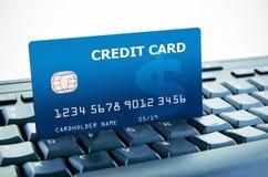 De la tarjeta de crédito en el teclado de ordenador Fotografía de archivo