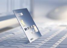 De la tarjeta de crédito en la computadora de escritorio Fotografía de archivo libre de regalías