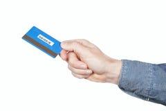 De la tarjeta de crédito en las manos de hombres. Foto de archivo libre de regalías