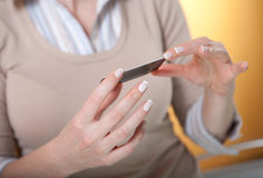 De la tarjeta de crédito en las manos de la mujer Imágenes de archivo libres de regalías