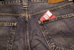 De la tarjeta de crédito en pantalones vaqueros fotografía de archivo
