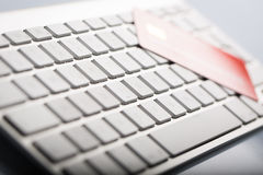 De la tarjeta de crédito en un teclado de ordenador Imagenes de archivo