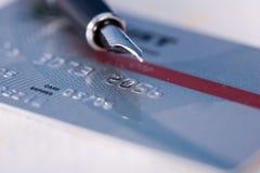 De la tarjeta de crédito y pluma Imagen de archivo libre de regalías