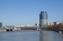 ` 2000 de la torre del ` y compras y ` de Bagration del ` del puente peatonal, Moscú, Rusia Foto de archivo