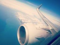 De la ventana del avión fotos de archivo