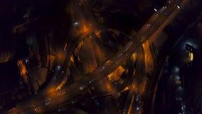 De la vertical del top opinión aérea abajo del tráfico en intercambio de la autopista sin peaje en la noche almacen de metraje de vídeo