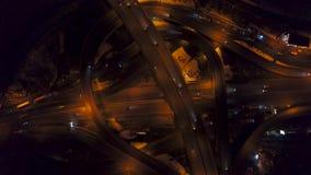 De la vertical del top opinión aérea abajo del tráfico en intercambio de la autopista sin peaje en la noche Vídeo filmado con div almacen de metraje de vídeo