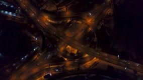 De la vertical del top opinión aérea abajo del tráfico en intercambio de la autopista sin peaje en la noche, velocidad rápida almacen de metraje de vídeo