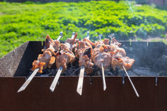 De la viande est faite frire sur des brochettes sur le gril Images libres de droits