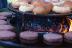 De la viande et des petits pains d'hamburger sont grillés sur le gril En dehors de la cuisson et du barbecue Repas sur le gril Pe photo stock