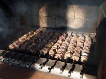 De la viande marinée est faite cuire sur des charbons photographie stock