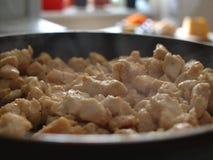 De la viande de poulet est faite frire dans une poêle image stock