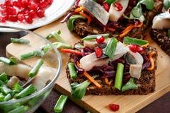 ` De la vinagreta del ` de Bruschetta en el pan de centeno con los arenques Foto de archivo