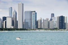 De la visión centro de la ciudad encendido de Chicago con la línea de rascacielos Imágenes de archivo libres de regalías