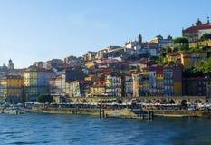De la visión centro de la ciudad encendido de Oporto, Portugal con los edificios coloridos Fotografía de archivo