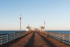 De la visión embarcadero vacío de la pesca de la costa abajo por la mañana Imagen de archivo libre de regalías