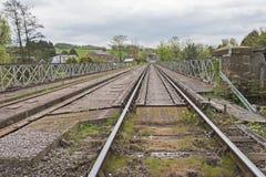 De la visión pista ferroviaria abajo en campo inglés Fotos de archivo libres de regalías