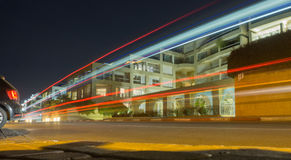 De la voiture disparaissent les bandes légères sur le fond des bâtiments image libre de droits