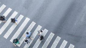 De la vue de dessus en travers des personnes marchez sur le pedestr de rue Images stock
