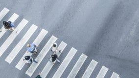 De la vue de dessus en travers des personnes marchez sur le pedestr de rue Photos libres de droits