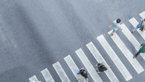 De la vue de dessus en travers des personnes marchez sur le pedestr de rue Photographie stock libre de droits