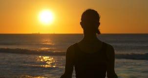 De la yoga de la meditación salud y forma de vida espirituales de la salud al aire libre almacen de metraje de vídeo