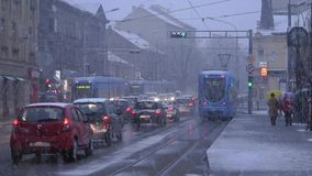 De laag-vloertram van TMK 2200 tijdens sneeuwaandrijving in Zagreb 3 stock video