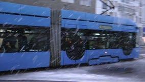 De laag-vloertram van TMK 2200 tijdens sneeuwaandrijving in Zagreb stock videobeelden