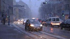 De laag-vloertram van TMK 2200 tijdens sneeuwaandrijving in Zagreb 2 stock footage