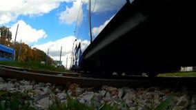 De laag-vloertram van TMK 2200 in Zagreb (Kroatië) stock videobeelden
