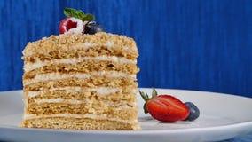 De laagcake met cuted aardbei en bosbessen op plaat De cake van de de zomerbes Stuk van Multi-layered Bes en Pistache stock footage