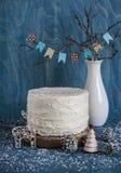 De laagcake van de Kerstmis drievoudige chocolade Melk, witte en donkere chocoladecake op houten achtergrond Royalty-vrije Stock Afbeeldingen