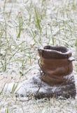 De Laars van Discarted in de sneeuw Stock Afbeelding