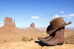 De laarzen en de hoed van de cowboy voor de Vallei van het Monument Stock Afbeeldingen
