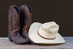 De laarzen van de cowboy en het stilleven van de cowboyhoed Stock Fotografie